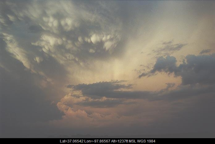 20010604jd09_mammatus_cloud_w_of_bluff_city_kansas_usa