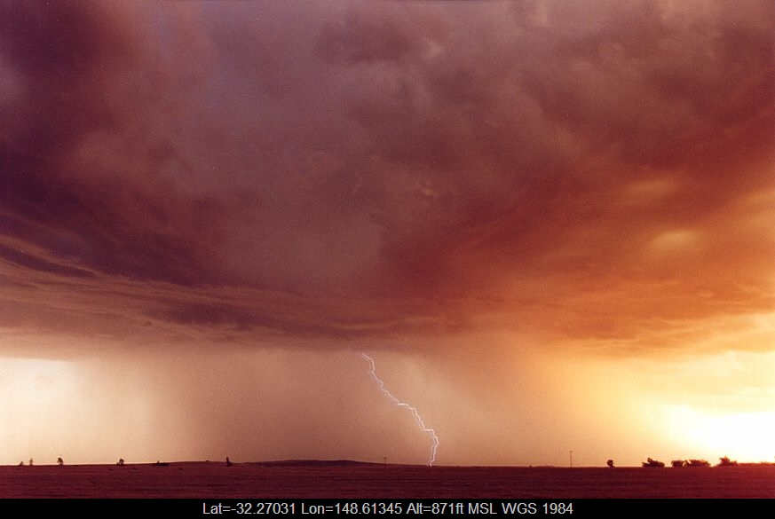 20041223jd08_lightning_bolts_s_of_dubbo_nsw