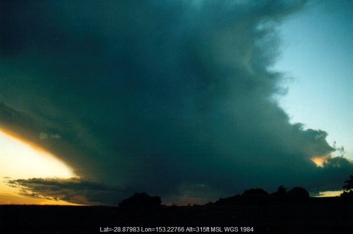 20010506mb03_thunderstorm_anvils_parrots_nest_nsw