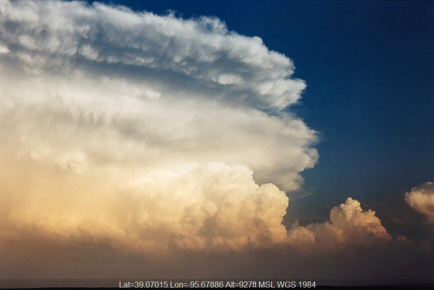 20040524jd20_thunderstorm_anvils_nw_of_topeka_kansas_usa