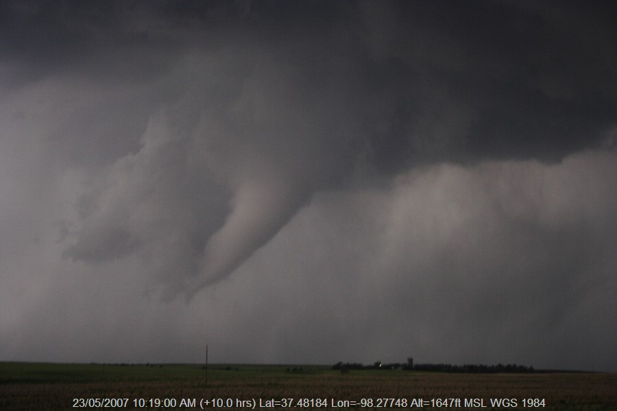 20070522jd114_funnel_tornado_waterspout_e_of_st_peters_kansas_usa
