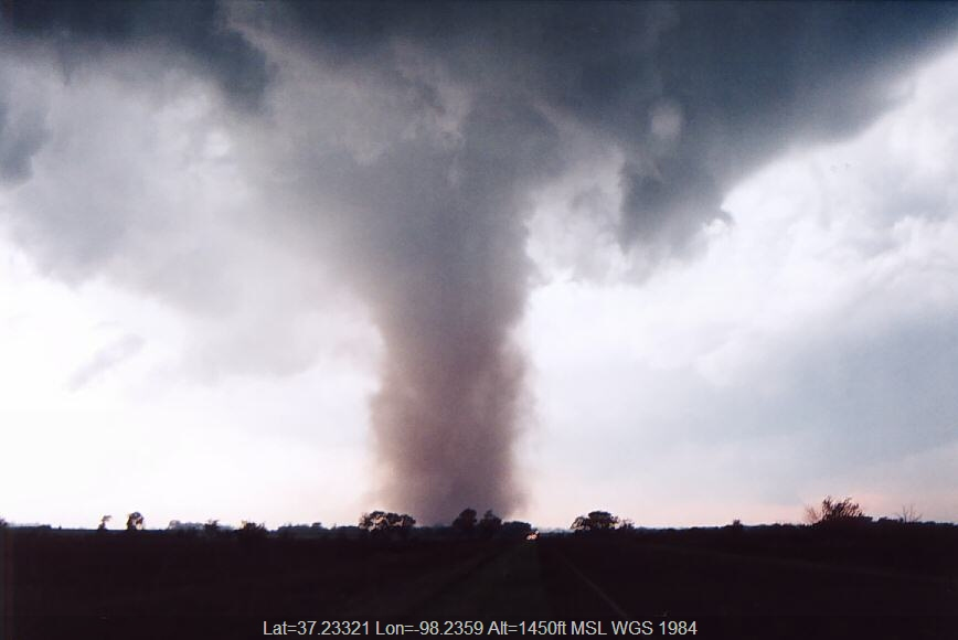 20040512jd25_thunderstorm_wall_cloud_attica_kansas_usa