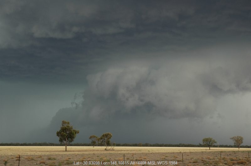 20041208mb060_thunderstorm_wall_cloud_w_of_walgett_nsw