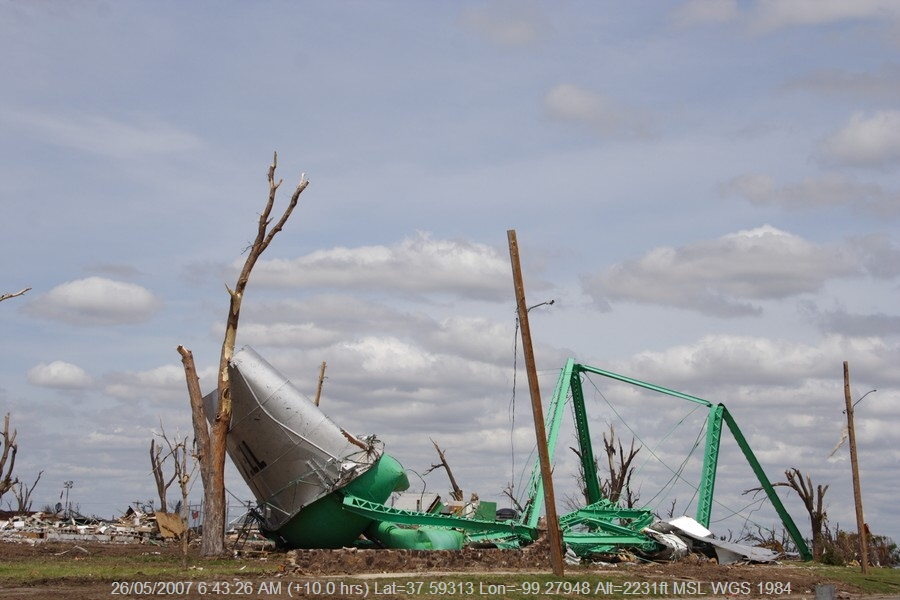 20070525jd261_storm_damage_greensburg_kansas_usa